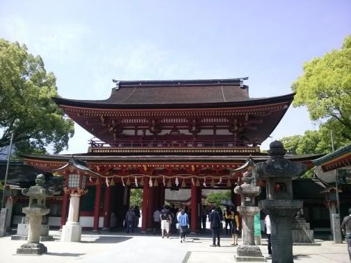 楼門。御本殿側と太鼓橋側で造りが違うと後から知りました。これは太鼓橋側から。