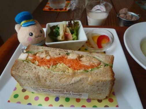 具だくさんのサンドイッチだにゃん