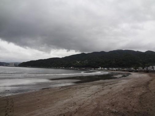 遠浅の海岸線が広がる宇佐美海岸 夏の賑わい前の梅雨空でした。