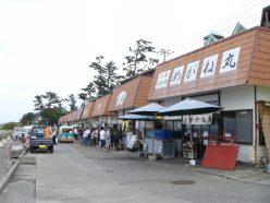 食堂街には多くのお客様で賑わってます。行く手には島内専用宅配車に驚き!!