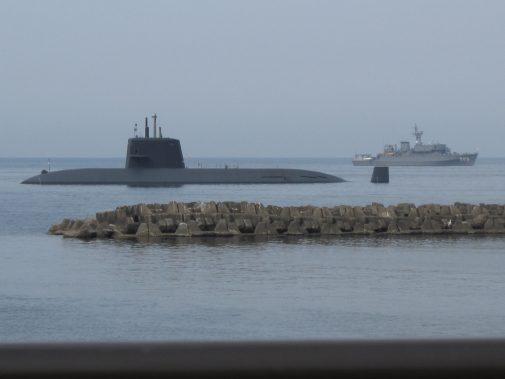 伊東オレンジビーチ前に停泊する潜水艦